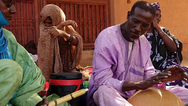 Mohamed Yaseen playing traditional takamba music in his neighborhood in Niamey, Niger: Photo by Markus Milcke